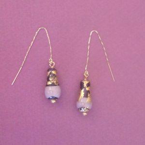 Boucles d'oreilles en verre filé, feuille d'or et chainettes plaquées or