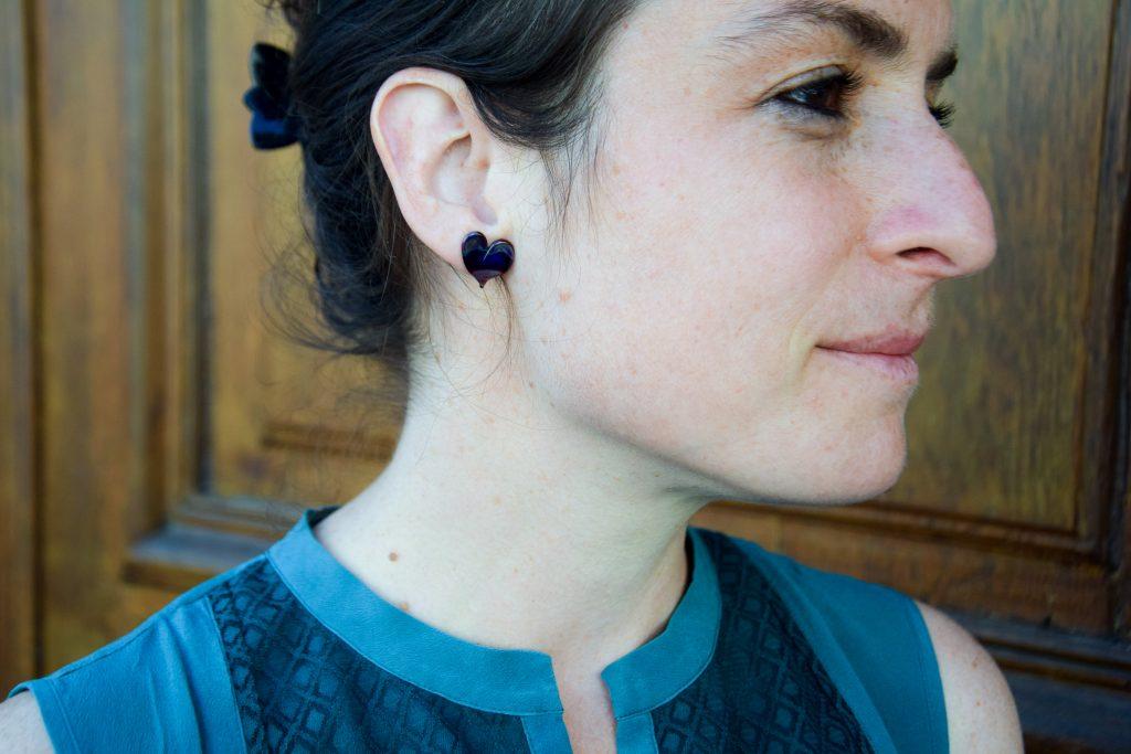 Des boucles d'oreilles puces colorées en verre en forme de coeur ! Bijoux en verre fabriqué à Paris, bijoux de créateur, atelier boutique de créateurs paris 14